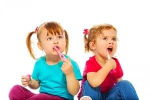 Когда начинать чистить зубы ребенку и как приучить