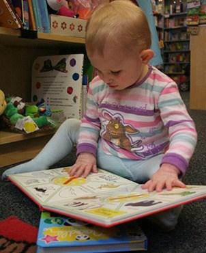 Ребенок на 10-ом месяце начинает листать книги