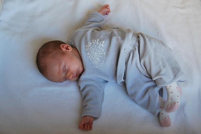 В первый месяц жизни ребенок много спит