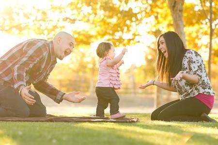 Ребенок начинает делать первые шаги