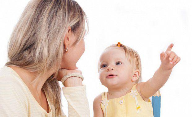 Ребенок показывает пальцем и машет ручкой в 11 месяцев
