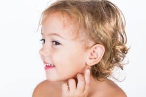 Когда прокалывать ушки ребенку (девочке)