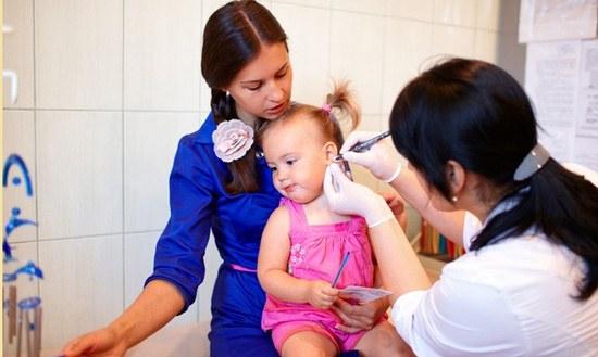 Прокалывание ушей у девочки в клинике