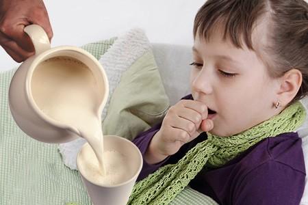 Лечение кашля у ребенка с помощью молока