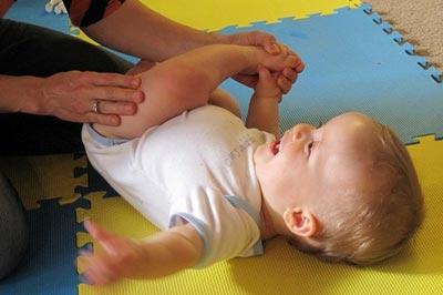 Учим ребенка переворачиваться со спины