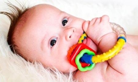 Игрушки и прорезыватели для ребенка в пять месяцев