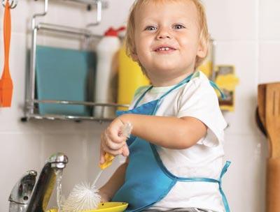 Двухлетний ребенок помогает по дому