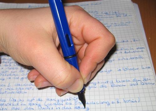 Ребенок пишет левой рукой