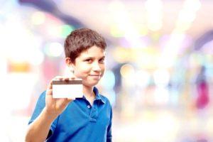 Мальчик с банковской картой в руках