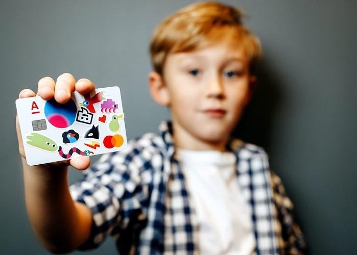 Мальчик с детской картой Альфа